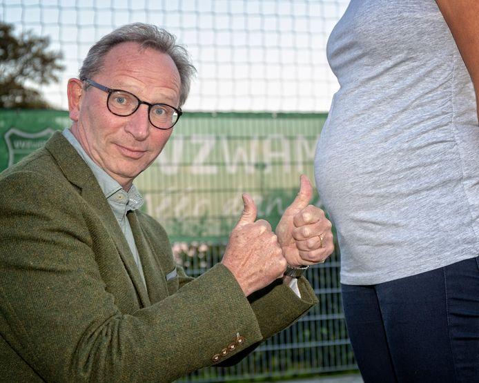 Voorzitter Jaap Peters van de Voetbal Vereniging Zwammerdam heeft een idee opgevat om de vergrijzing te stippen. - Het dorp tijdelijk Zwangerdam te noemen. Zwangerdam