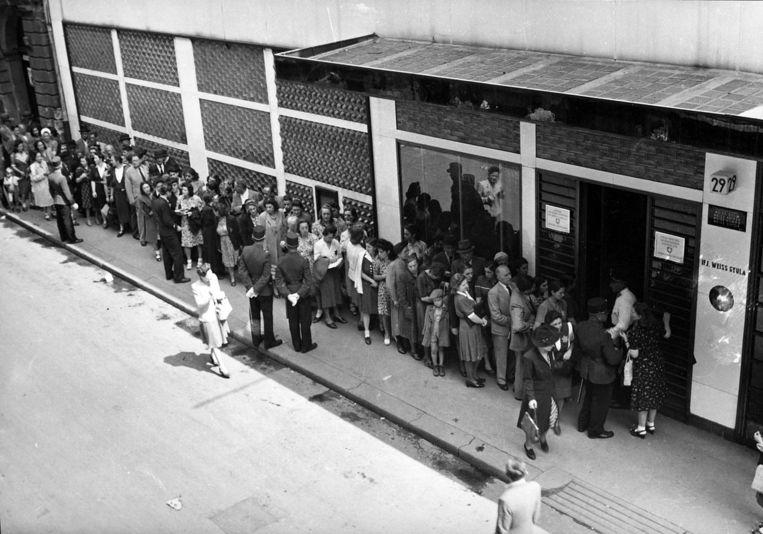 Joden wachten aan de Zwitserse ambassade in Boedapest, 1944.