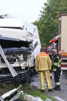 Chauffeurs uit vrachtwagens bevrijd na frontale aanrijding in Deurne, weg nog dicht