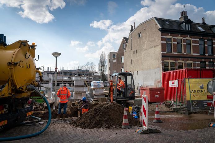 Bouwwerkzaamheden op de hoek B.P. van Verschuerstraat-Van Oldenbarneveldtstraat in Arnhem.