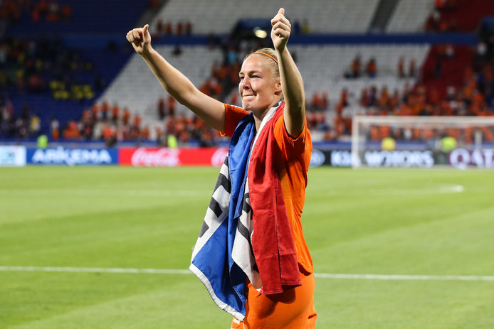 Met de Nederlandse vlag om haar nek viert Stefanie Van Der Gragt het bereiken van de WK-finale met de Oranje Leeuwinnen.