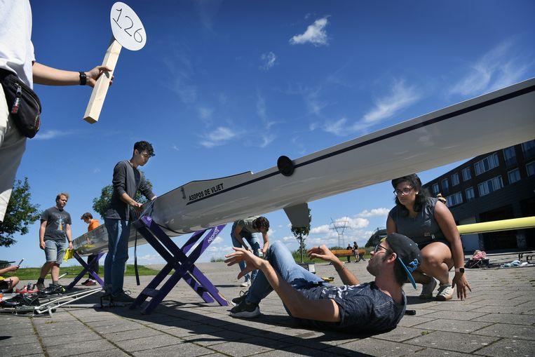 Studenten van studentenroeivereniging Asopos de Vliet maken hun boten klaar.  Beeld Marcel van den Bergh / de Volkskrant