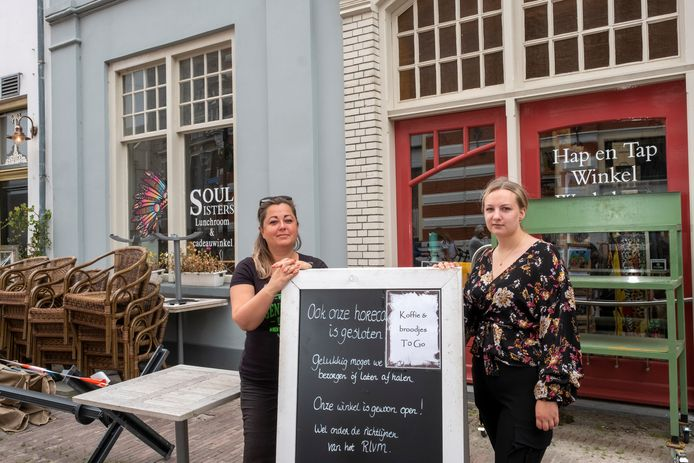 Marilyn Debije (links) van Soul Sisters moet haar conceptstore in Hattem sluiten. Tot eind september gaat ze door of ze stopt eerder als er een andere huurder is gevonden voor het pand aan de Kruisstraat.  Rechts medewerkster Larissa Noever.