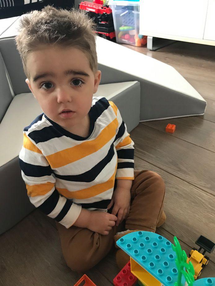 Maxx wordt vrijdag drie. Vanwege zijn ziekte ziet hij nauwelijks andere kinderen.