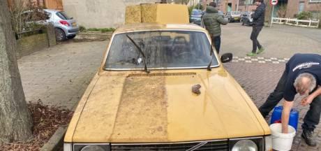 Gele Volvo in Eindhoven krijgt flinke poetsbuurt, maar de duiven poepen door