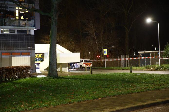 De omgeving van de Louis Armstrong-flat in Holtenbroek is afgezet.