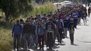 Honderden  vluchtelingen wandelen door de straten van Grieks vakantie-eiland Kos