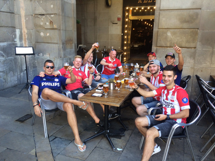De groep PSV-fans uit Westerhoven en Riethoven is klaar voor de kraker tegen Barcelona.