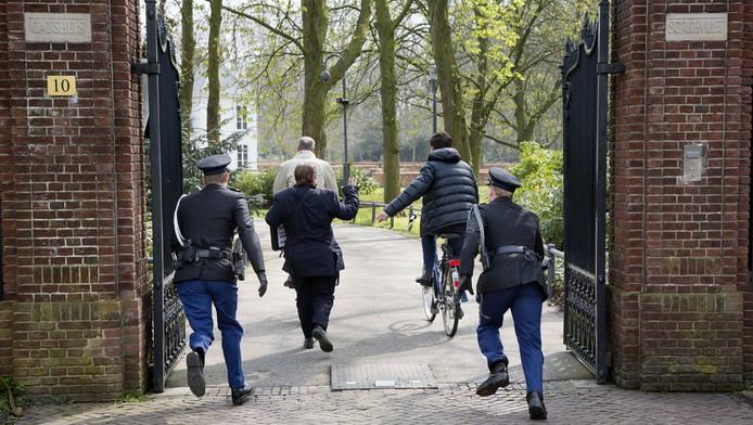 Demonstrant K. Pitalist probeert Rutte en Blok bij te houden.
