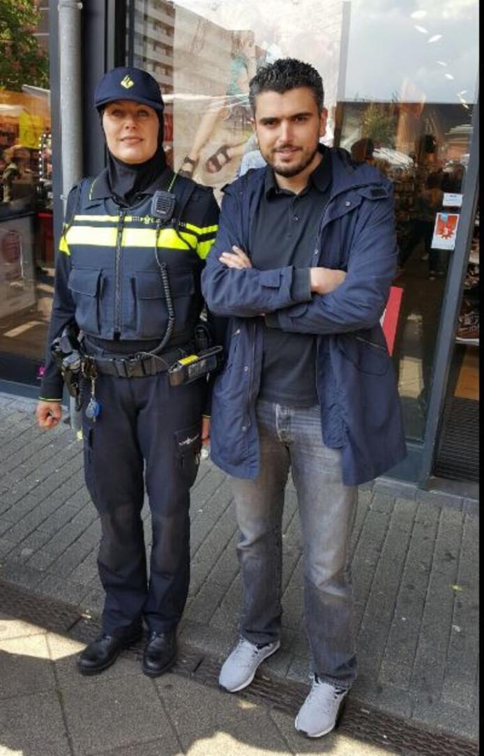 Een Amsterdamse wijkagente poseerde vandaag met een lokaal PvdA-raadslid.