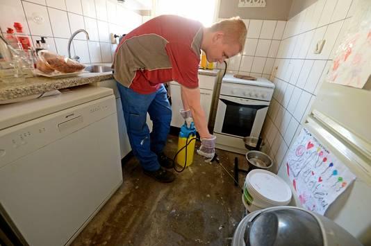 De calamiteitendienst Dolmans maakt deze woensdag woningen schoon. Medewerker David is hier aan de slag in een woning aan de Kremersmaten.