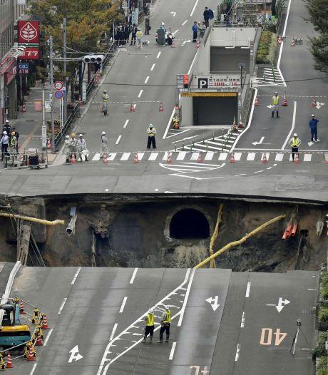 Gigantisch sinkhole verzwelgt Japanse straat