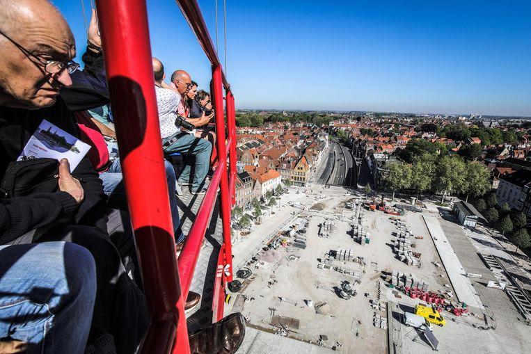 Enkele inwoners kijken vanop 50 meter hoogte naar het verloop van de werken aan 't Zand.