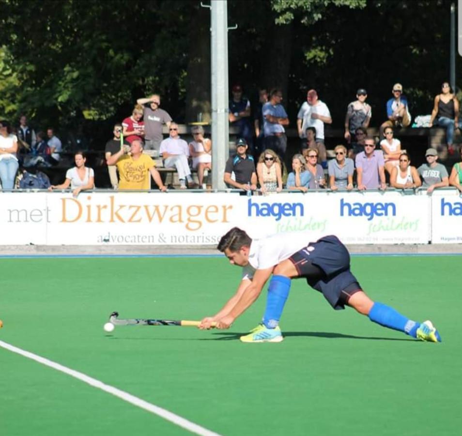 Tijmen de Bos in actie voor Arnhemsche HC.  De spits (en topscorer met 11 goals) is met een dubbele kaakbreuk weken uit de roulatie.