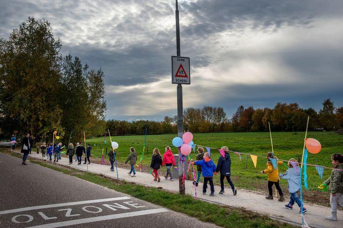 Kinderen van de Ewijkse basisschool openden onlangs het voetpad  aan Den Elt.