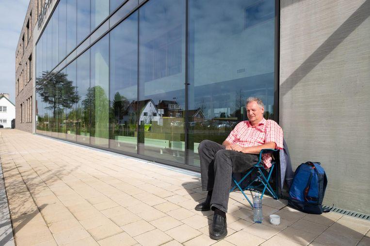 Chris Van Campenhout kampeert aan de schoolpoort van het HH College om zijn kleinkind in te schrijven.