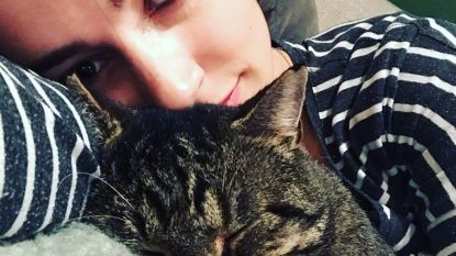 """Jasmijn Van Hoof openhartig over triest effect sociale media: """"Ik voel me echt verschrikkelijk als mijn 'friyay' zich thuis in de zetel afspeelt, met mijn kat"""""""