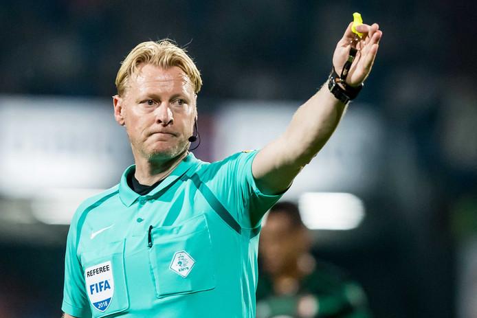 Kevin Blom fluit de wedstrijd tussen Willem II en Feyenoord.