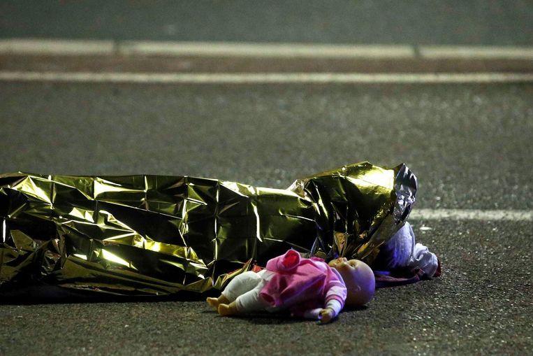 Slachtoffer op de boulevard van Nice. Beeld reuters