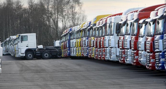 DAFtrucks bij De Rooij in Son, die wachten op transport naar klanten. archieffoto