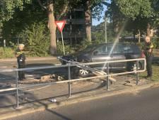 Auto rijdt oversteekplaats op 'gevaarlijkste weg van Nederland' in Almelo in puin