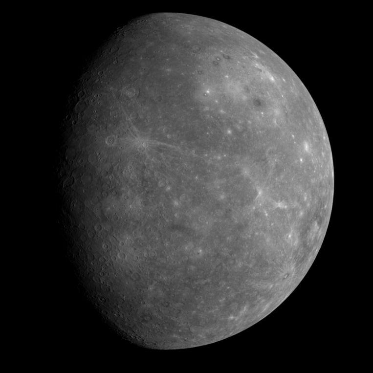 Mercurius bevindt zich het dichtst bij de zon. Een jaar duur er 88 aardedagen.