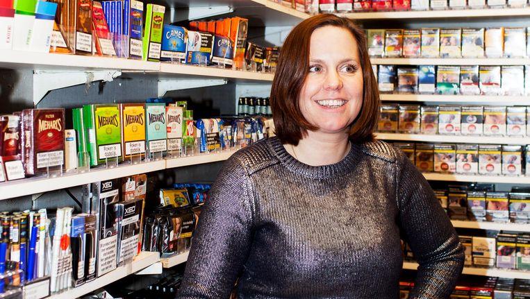 Claudia Elbers in haar souvenirwinkel op de Nieuwendijk. Amsterdammers komen binnen voor sigaretten of om te vragen of ze amsterdammertjes verkoopt Beeld Renate Beense