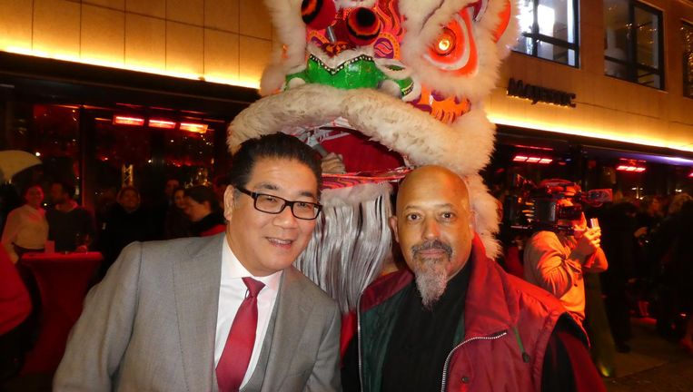 Horecatycoon Won Yip en Sifu Eleonora (Liu He Men Kung Fu). Met een leeuw trouwens, geen draak. Beeld Hans van der Beek
