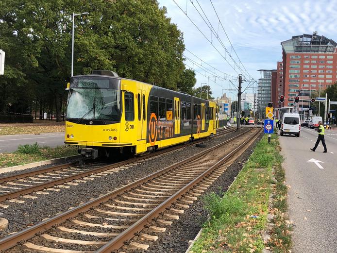 De tram en camper reden in dezelfde richting