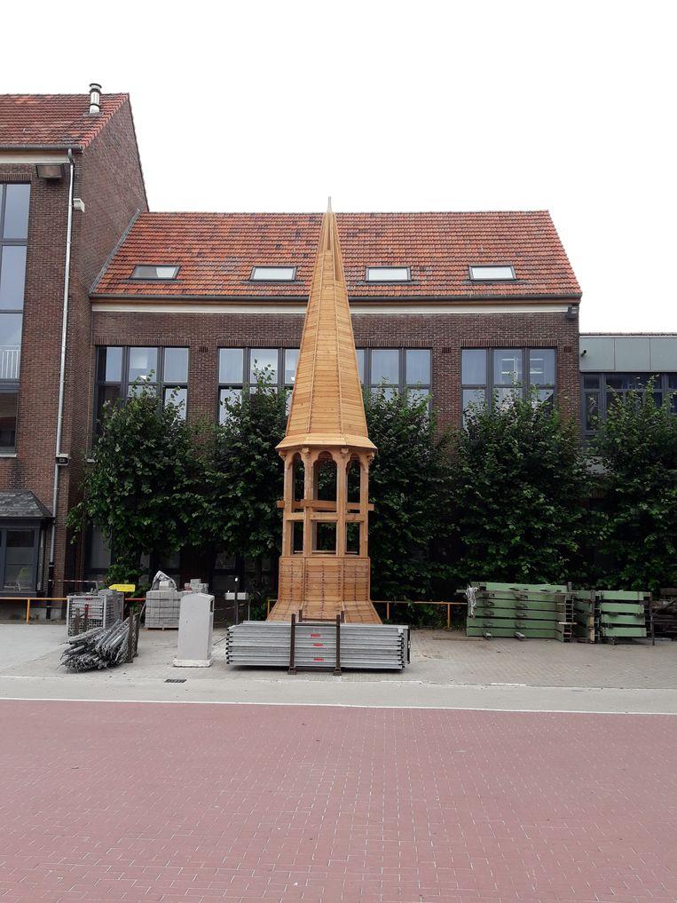 In totaal werkten 21 leerlingen van VITO twee schooljaren lang aan de bouw van de toren.