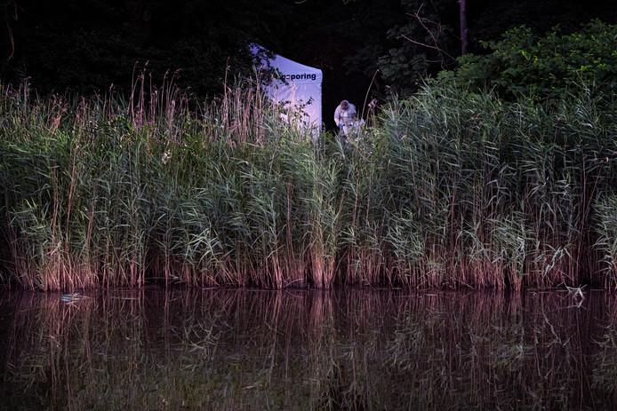 De politie verricht onderzoek in het bosje aan de Nieuwe Ubbergseweg in Nijmegen waar het lichaam is gevonden.