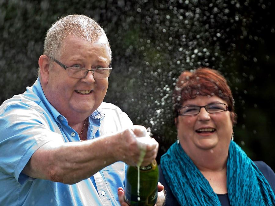 Colin en Christine Weir kort na het winnen van ruim 185 miljoen euro.
