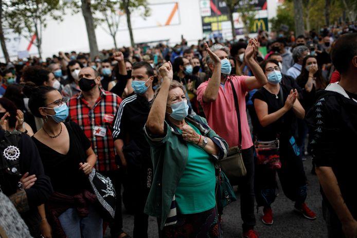 Duizenden mensen zijn zondag in Madrid de straat opgegaan om te protesteren tegen de lockdown.