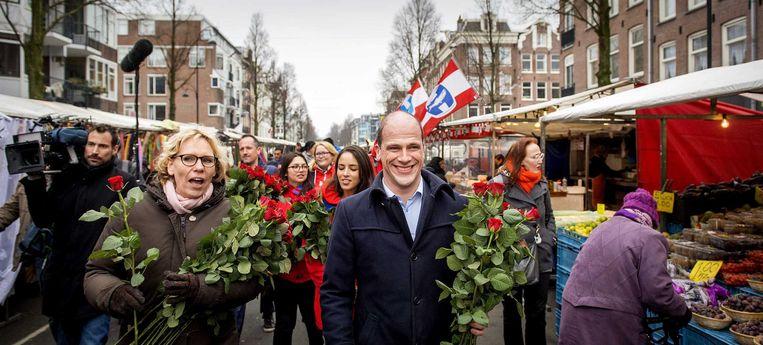 Diederik Samsom voert campagne op de Dappermarkt in Amsterdam. Beeld anp