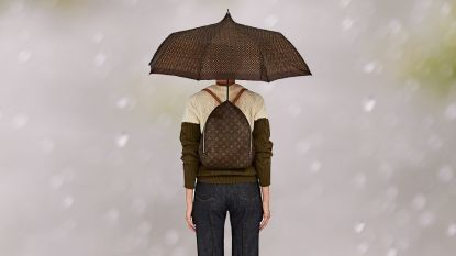 Louis Vuitton veilt iconische rugzak en paraplu ineen