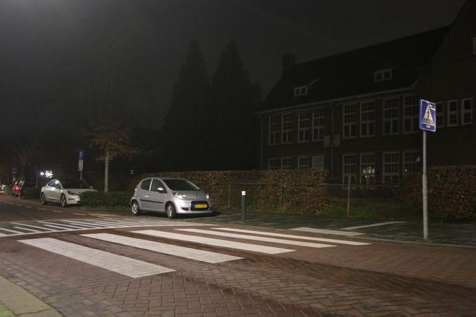 In Vught werd vrijdagavond een vrouw aangereden op het zebrapad van de Secretaris van Rooijstraat.  De automobilist ging er vandoor en liet haar zwaar gewond achter op het asfalt. De politie zoekt nog naar de doorrijder.