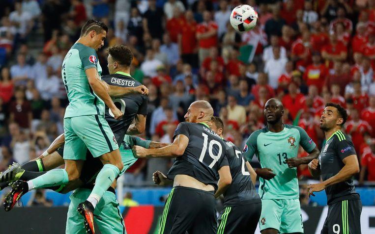 Ronaldo staat bekend om zijn excellente timing. Hier scoort hij met het hoofd op het EK 2016, tegen Wales.