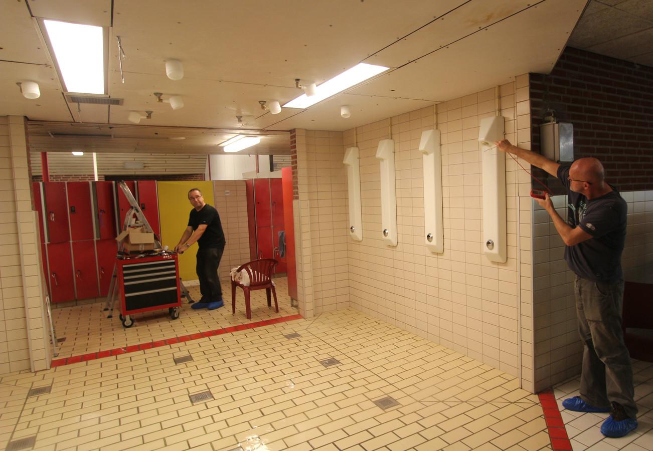 Tijdens controles op legionella wordt in douches onder meer de temperatuur gemeten.