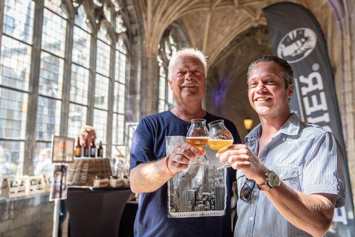 Bezoekers proosten in de gangen van de Middelburgse abdij.