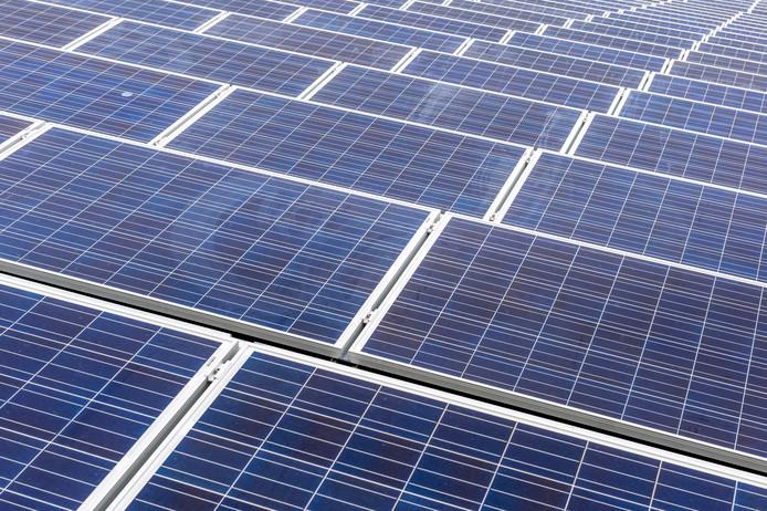 Zonnepanelen op het water blijken effectief. Utrecht maakt plannen om zonnepanelen op de Haarrijnse Plas te laten drijven.