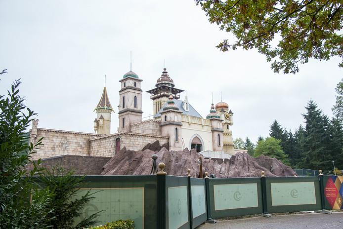 Het gebouw van attractie Symbolica is goed zichtbaar nu de steigers weg zijn.