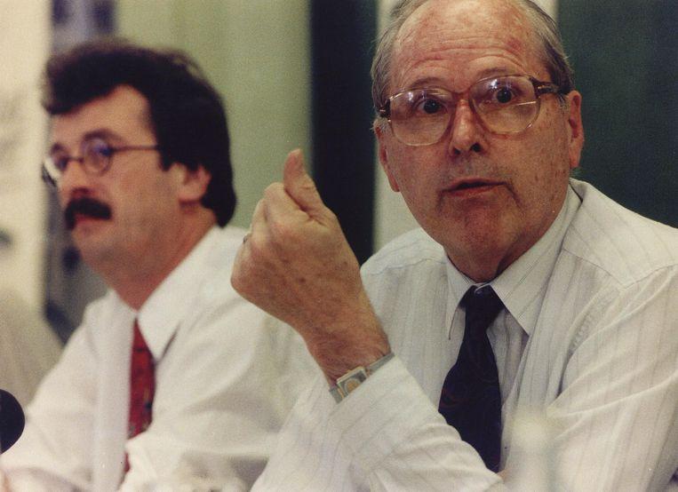 Koos Andriessen in 1992 als minister van economische zaken. Naast hem Hans Alders, toenmalig minister van vrom. Beeld ANP