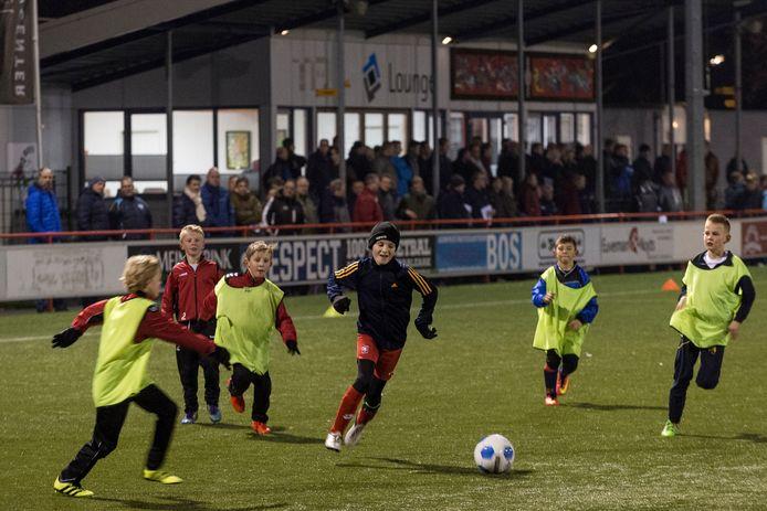 Drukte van belang bij een kennismakingsavond van de KNVB in Haaksbergen met het nieuwe pupillenvoetbal.