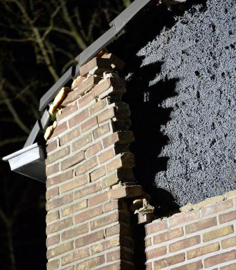 Gevel van Bredase hoekwoning begeeft het: grote berg stenen ligt op de grond