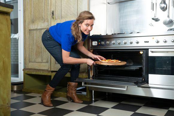 Diëtiste Sanne Mouha maakt zelf pizza.
