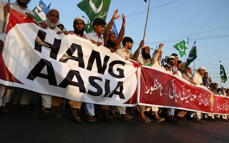 Aanhangers van de politieke partij Jamat-e-Islami protesteren in Karachi tegen de vrijspraak van Asia Bibi. Beeld EPA