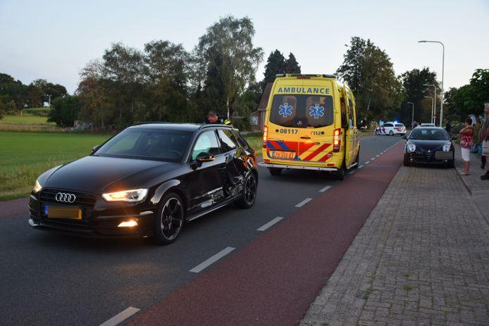 Beide auto's raakten flink beschadigd. De bestuurder van de auto die werd geramd is naar het ziekenhuis gebracht.
