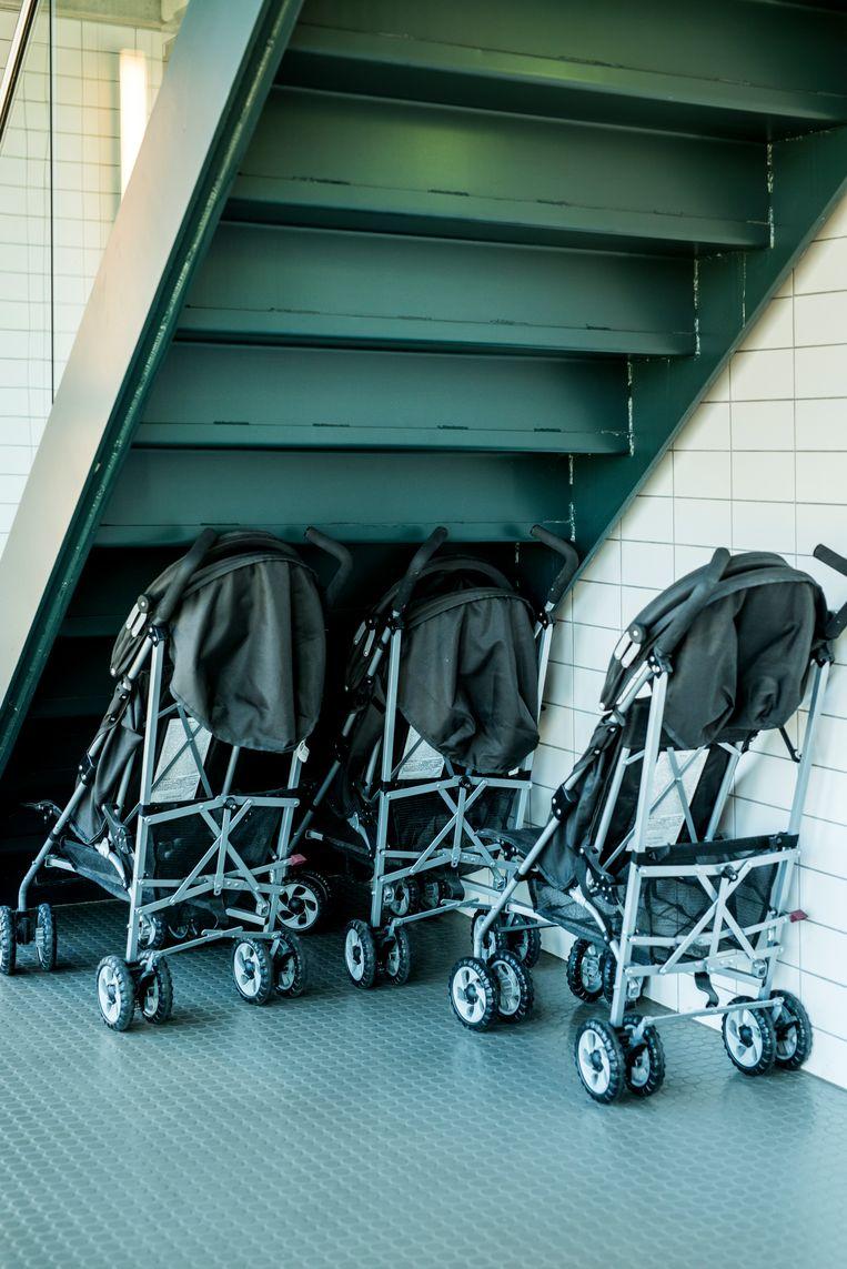 Kinderwagens staan in hal. Er mogen geen eigen kinderwagens de kliniek in wanneer kinderen de patiënten bezoeken. Beeld null