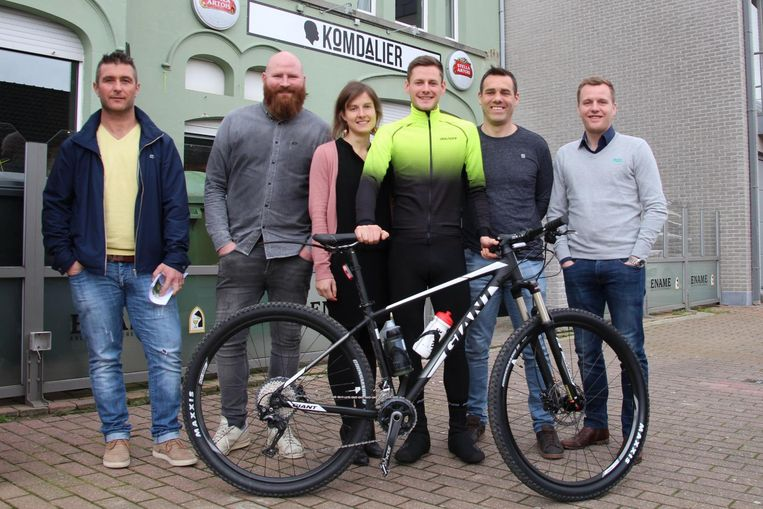 De vrienden van café Komdalier zullen 24 uur fietsen, lopen en plaatjes draaien.