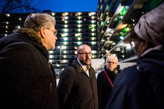 Burgemeester Marcouch praat donderdagavond, daags na de ramp, met bewoners van de flat aan het Gelderseplein in Arnhem.